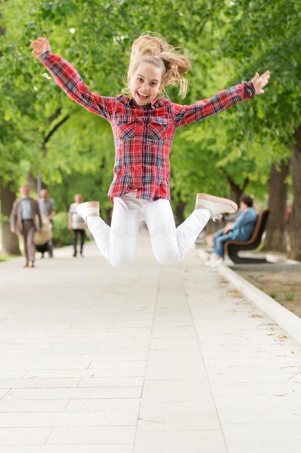 不倦和精力充沛的活动 跳跃在体育活动的偶然适合的小孩子 享受使用的活跃孩子 免版税库存图片