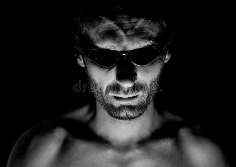不剃须的成人白种人人画象游泳的玻璃的 他微笑并且看直接给看守人 黑白射击,低 免版税库存图片
