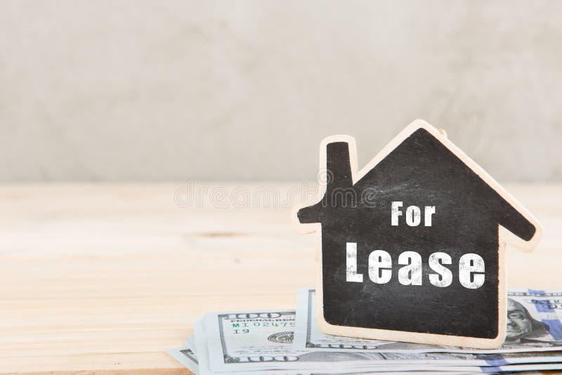 不动产概念-有题字的小的房子租约的 免版税库存图片