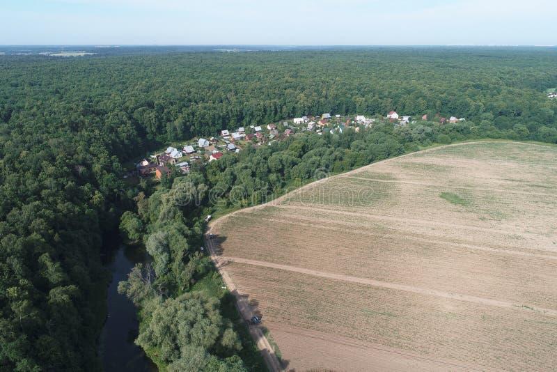 不动产社区'Ozerki'Desna河谷和从鸟视域的被耕的土地,波多利斯克地区,俄罗斯鸟瞰图  免版税图库摄影