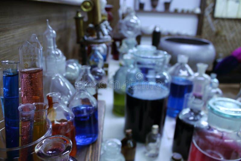 不可思议的不老长寿药 玻璃小瓶用魔药 免版税库存照片
