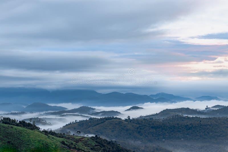 不可思议的云彩亲吻的小山上面 库存照片