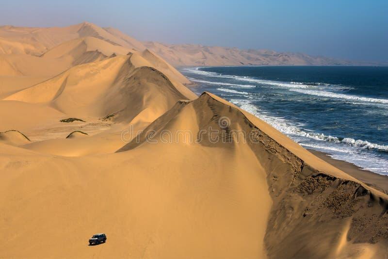 不可思议的吉普-徒步旅行队通过沙丘 免版税库存照片