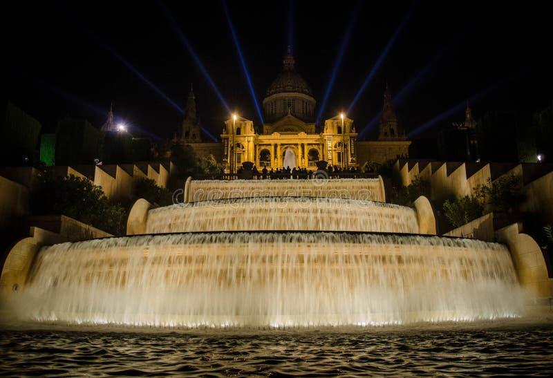 不可思议的喷泉光展示夜视图在巴塞罗那 库存图片
