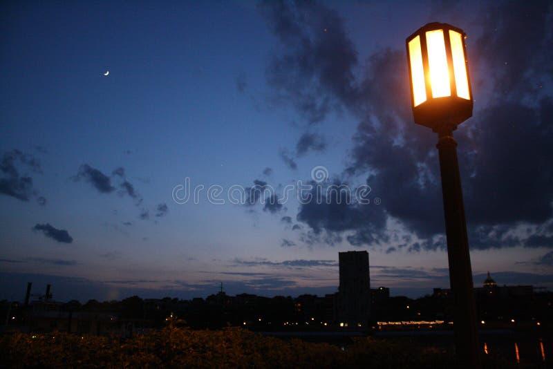 不可思议的春天黄昏、夜光和灯笼 免版税库存照片