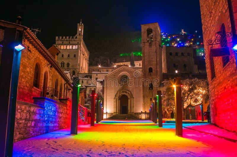 不可思议的色的正方形在古比奥的中心圣诞节打过工的与雪 库存照片