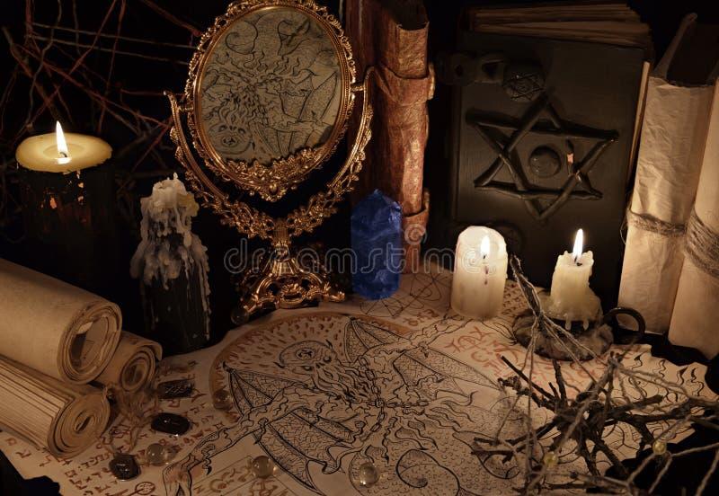 不可思议的镜子、邪魔纸和蓝色水晶 免版税库存图片