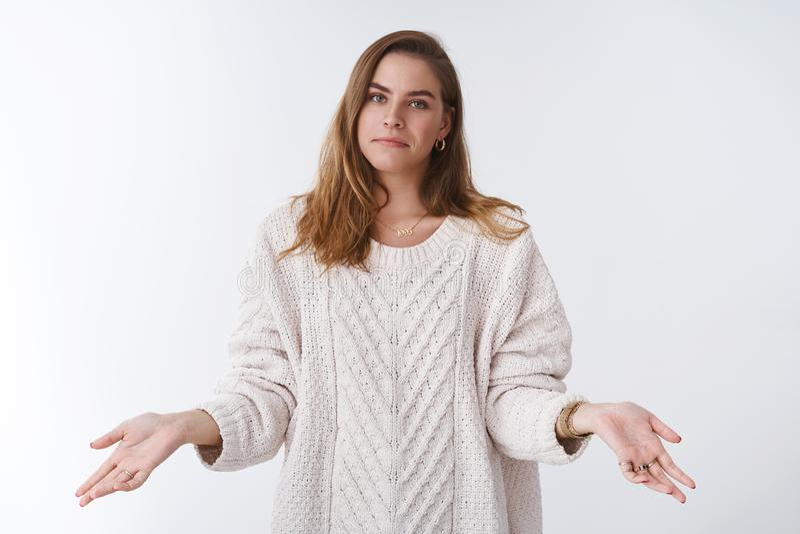 不可能帮助,没有我的问题 画象unbothered穿时髦的宽松毛线衣的寒冷的冷漠凉快的妇女涂了手 库存照片