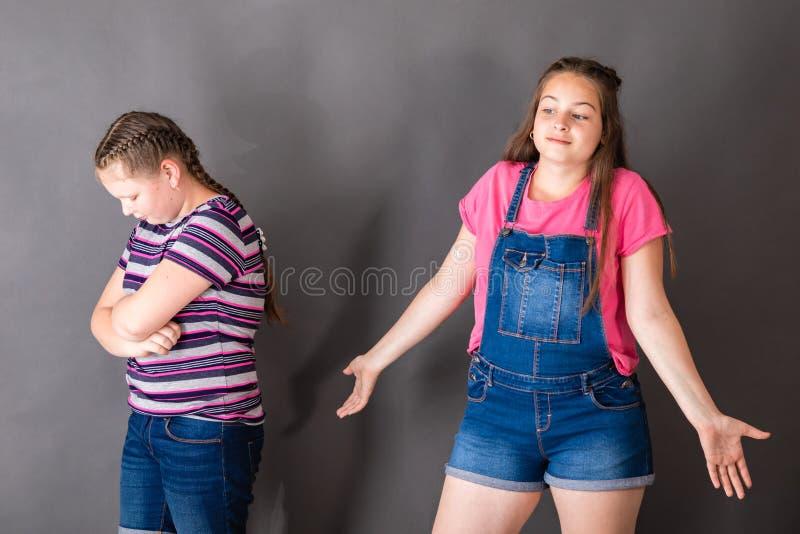 不可能解决冲突的两个女孩 免版税库存图片