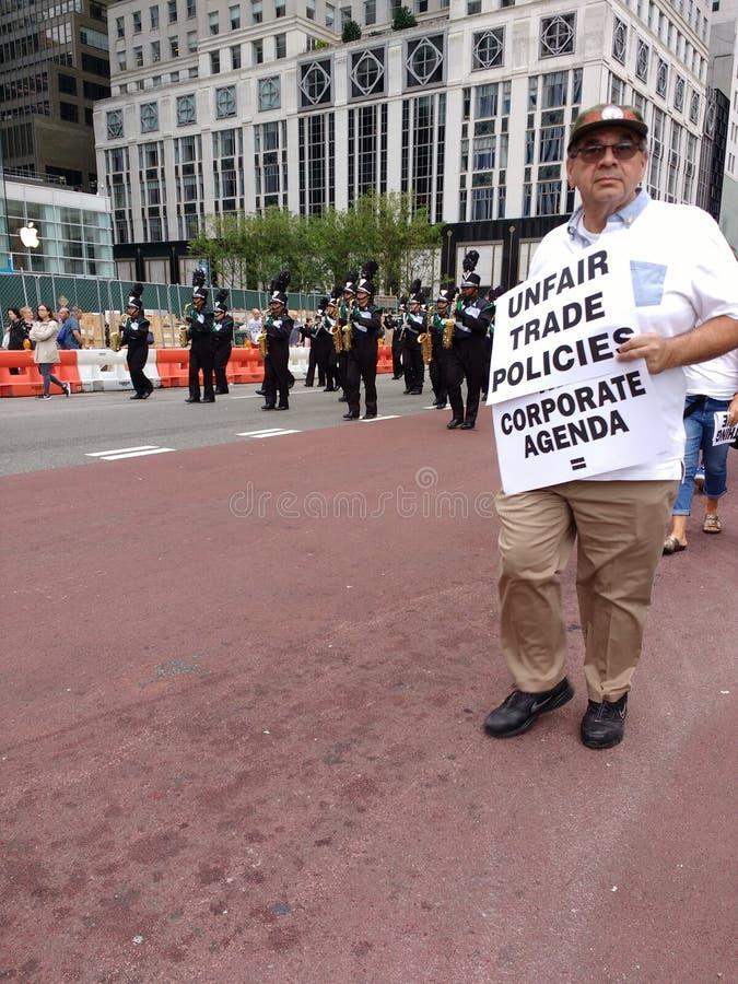 不合理的贸易政策,公司议程,劳动节游行, NYC, NY,美国 图库摄影