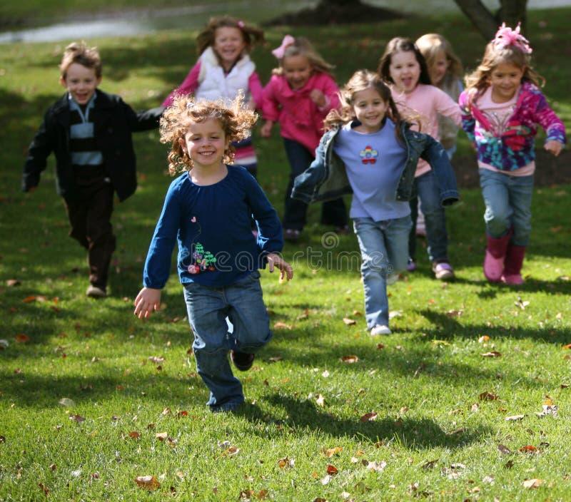 不同孩子运行 免版税库存照片