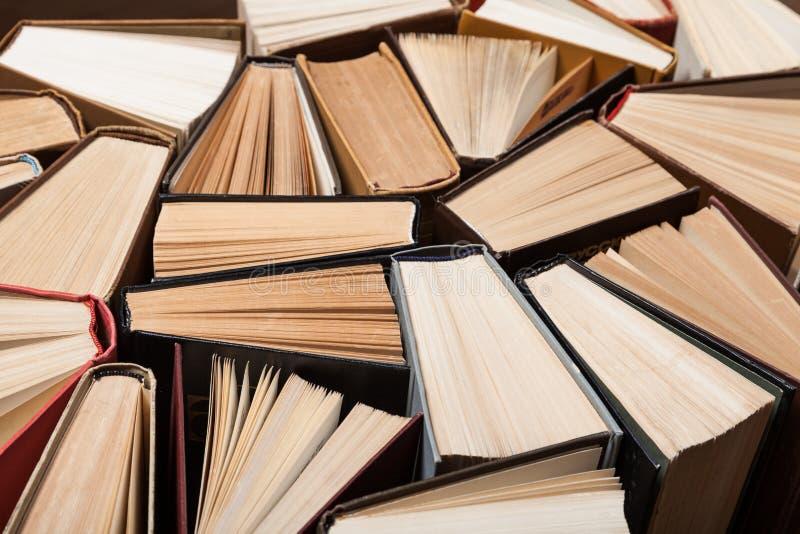 不同的书堆在背景的 免版税图库摄影