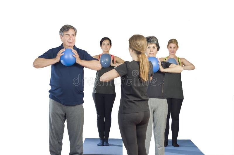 不同的人做球普拉提锻炼的健身房类 免版税库存照片