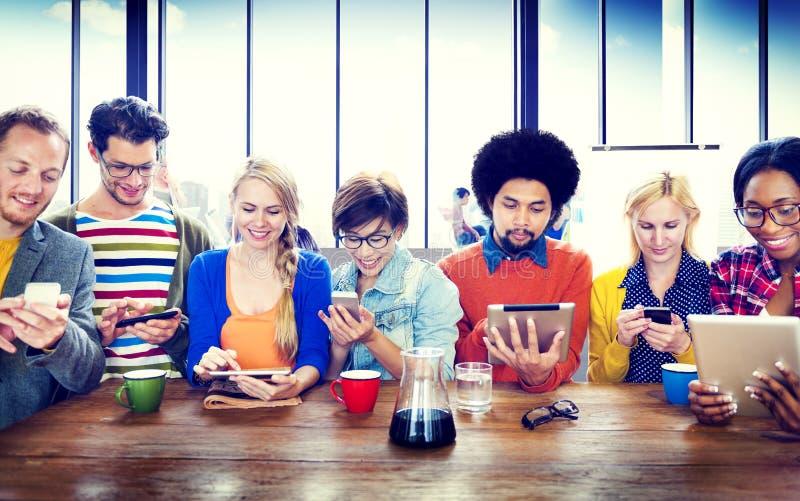 不同的人数字式设备无线通信概念 免版税图库摄影