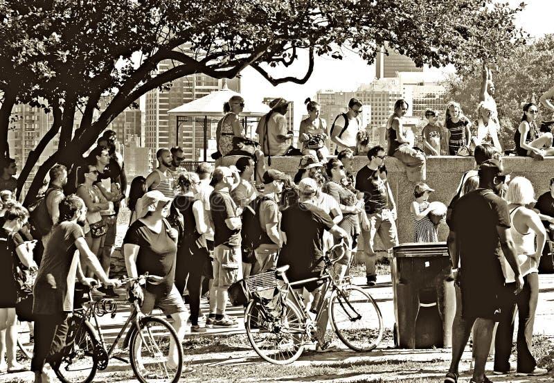 不同的人群城市观众观看 免版税库存照片