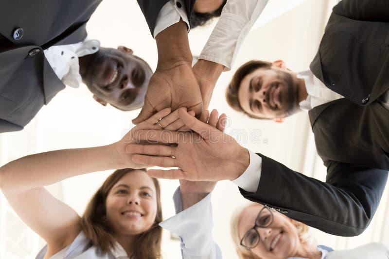 不同的企业队汇集手作为teambuild的概念 库存照片