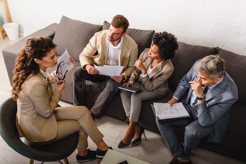 不同的企业队谈论工作在他们的办公室 库存照片