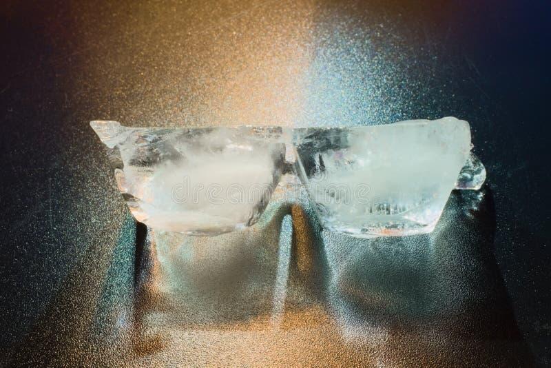 不同的光源突出的冰两个片断 免版税库存图片