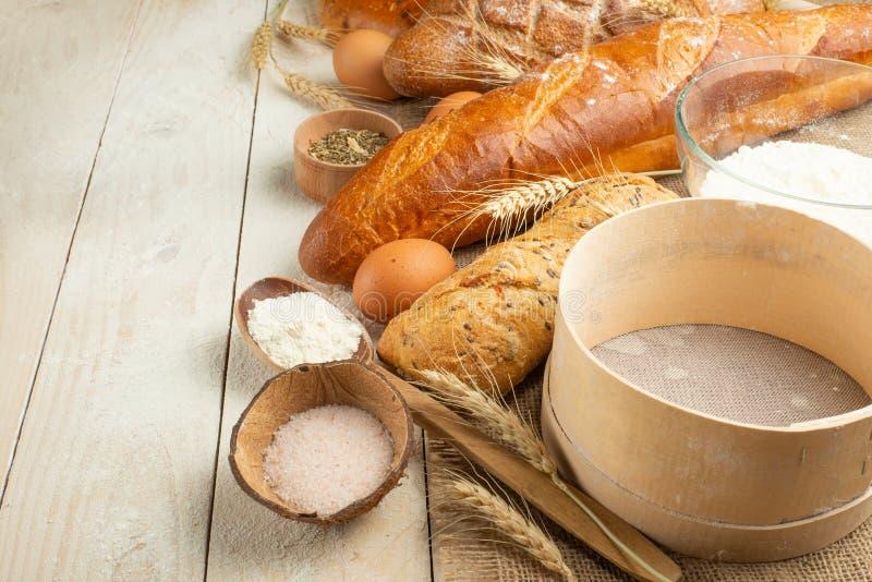 不同的品种面包在木背景的有拷贝空间背景 面包店的概念,烹调和杂货店 免版税图库摄影