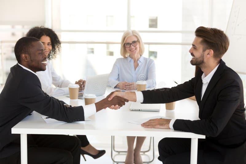 不同的商人握手结束成交的在交涉以后 免版税库存图片