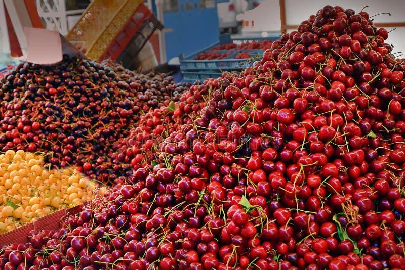 不同的在市场上的种类甜樱桃 销售水多的果子在城市瓦尔纳,保加利亚 适当的营养,维生素,健康食物 免版税库存照片