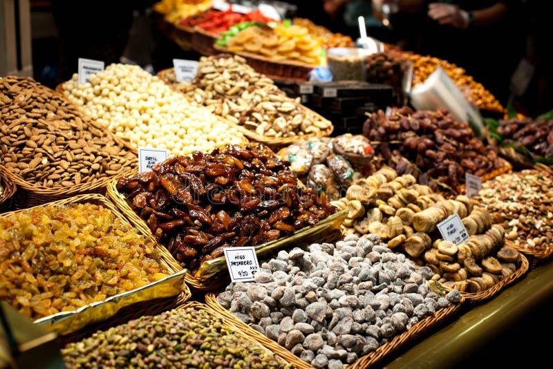 不同的坚果和干果子在篮子待售在市场上 显示用鲜美核桃,胡桃在Boqueria市场上 库存照片