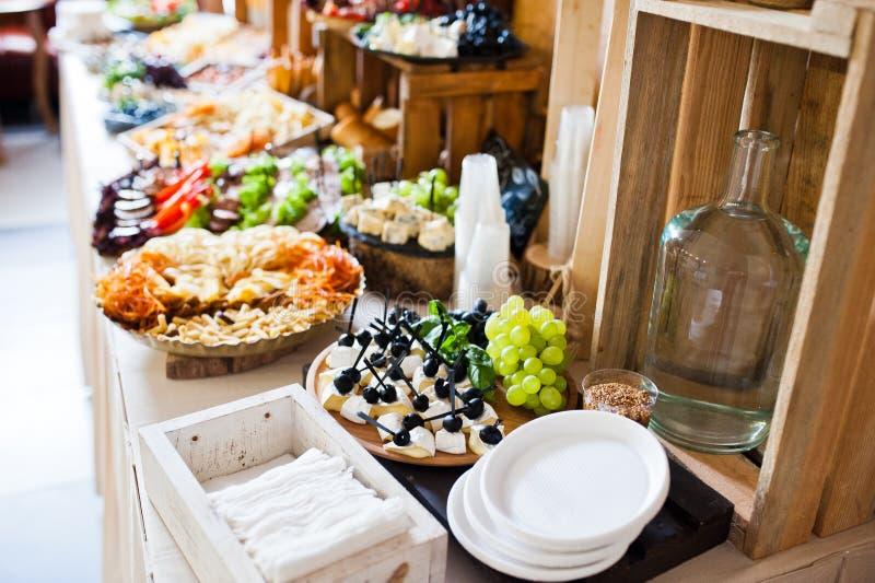 不同的多彩多姿的快餐巨大品种在婚礼Bu的 免版税库存图片