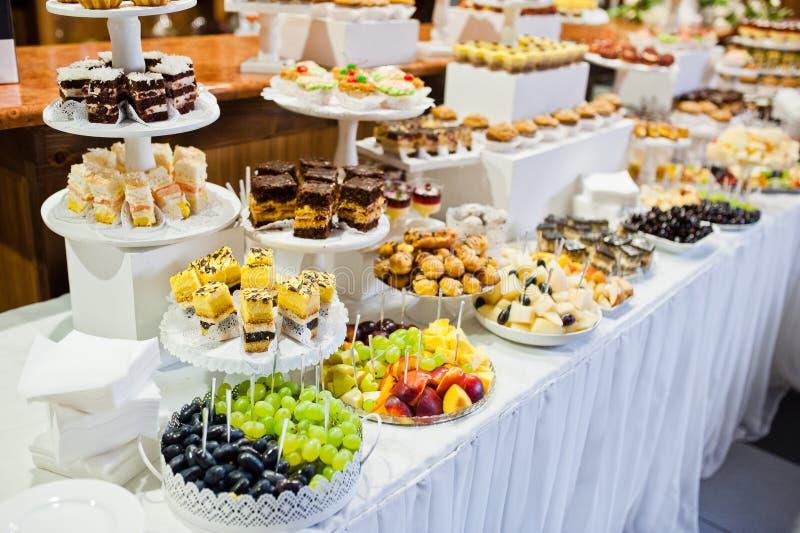 不同的多彩多姿的快餐巨大品种在婚礼Bu的 图库摄影