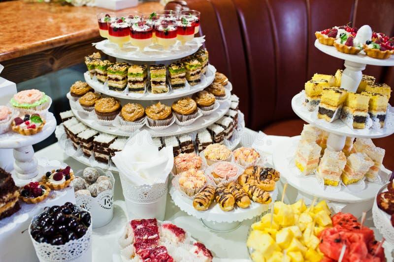 不同的多彩多姿的快餐巨大品种在婚礼Bu的 免版税库存照片
