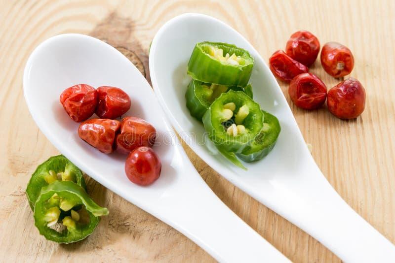 不同的大小、颜色和经典之作形状辣辣椒在墨西哥厨房里 免版税库存照片