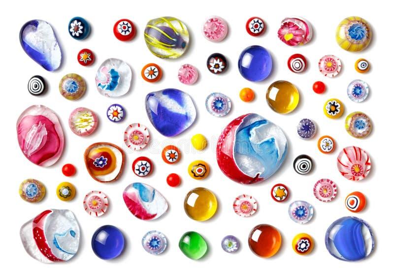 不同的大小和形状五颜六色的玻璃珠的汇集  上色威尼斯式, Murano玻璃, millefiori 平的位置,顶视图 库存照片