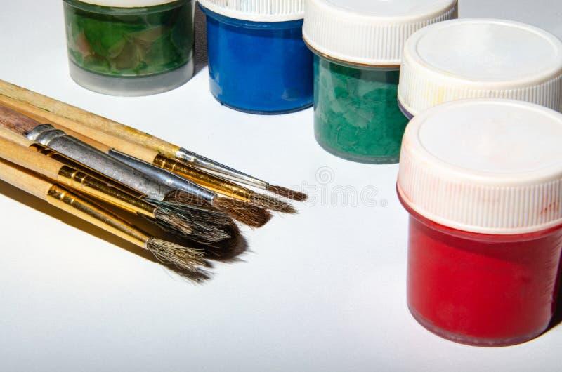 不同的大小和颜色的画笔 白色桌 免版税库存照片
