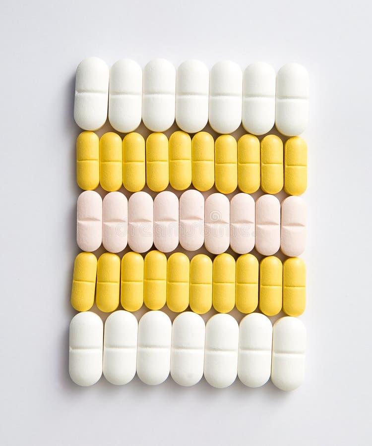 不同的大小和颜色药片连续 免版税库存照片