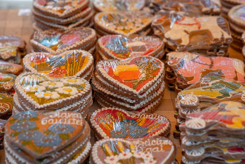 不同的姜饼心脏在桌上的商店 免版税库存照片