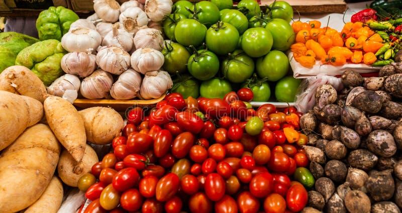 不同的小组菜和豆类准备的待售食物 库存照片