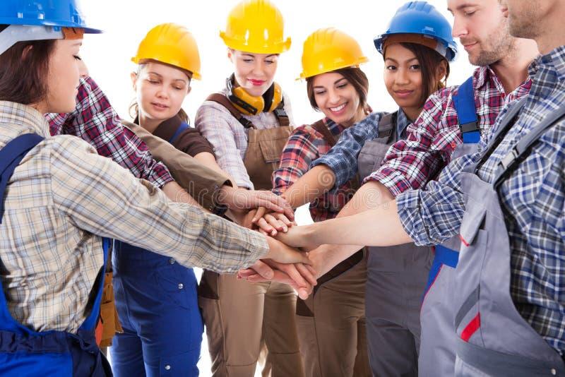 不同的小组堆积手的建筑工人 免版税库存图片
