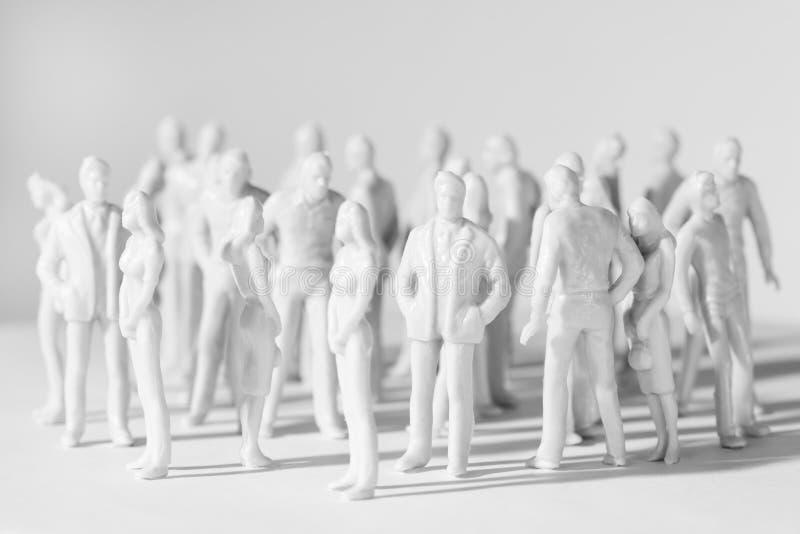 不同的微型人姿势突出玩具 免版税库存照片