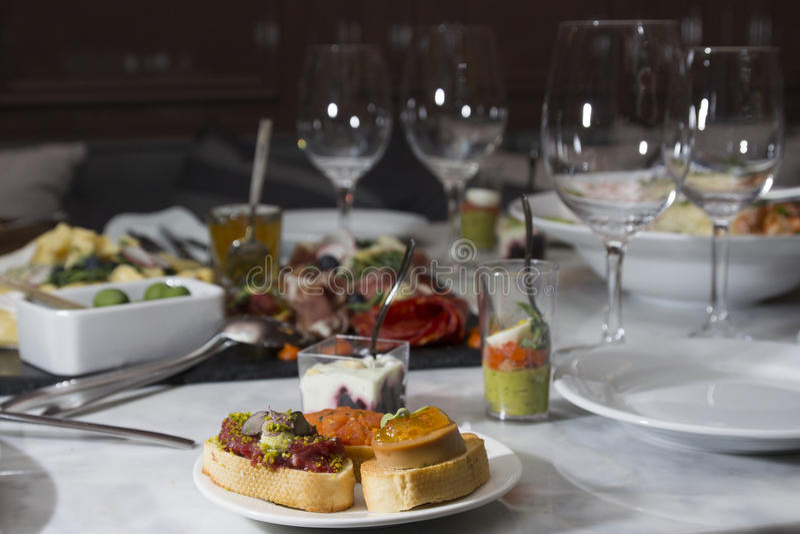 不同的快餐和开胃菜准备好鸡尾酒会 免版税库存图片