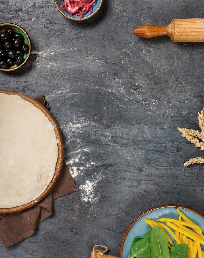 不同的成份框架烹调的素食薄饼 库存照片