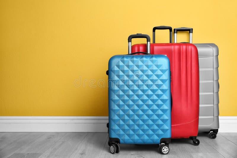 不同的手提箱临近墙壁 库存图片
