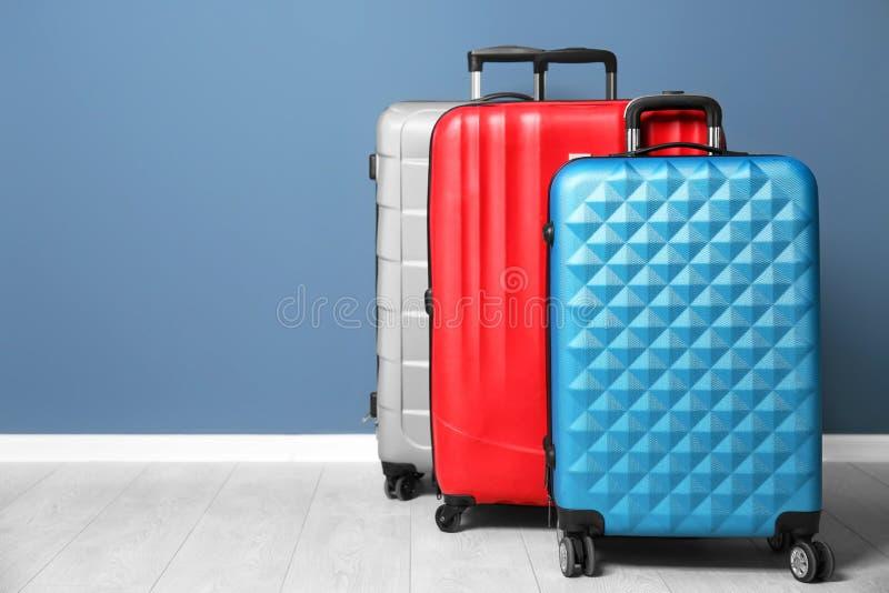 不同的手提箱临近墙壁 免版税库存照片