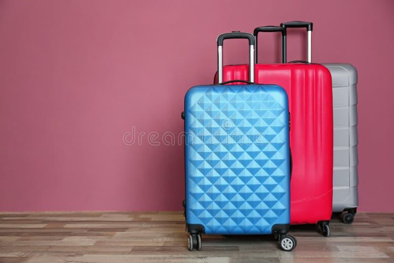 不同的手提箱临近墙壁 库存照片