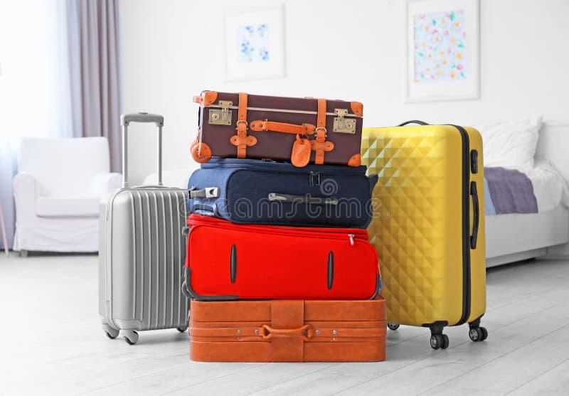 不同的手提箱在轻的屋子里 免版税库存照片
