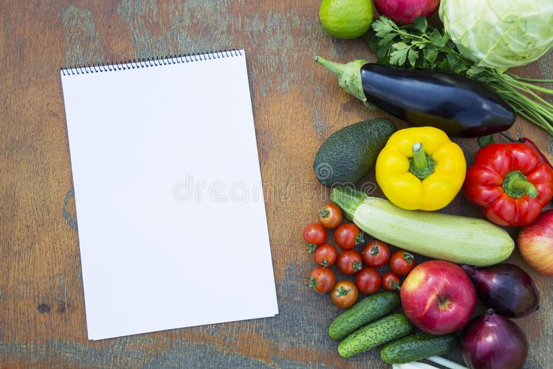 不同的新鲜的有机水果和蔬菜在土气木b 免版税库存照片