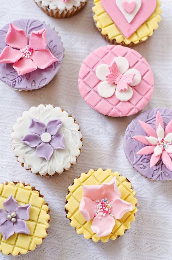 不同的方旦糖杯形蛋糕 库存照片