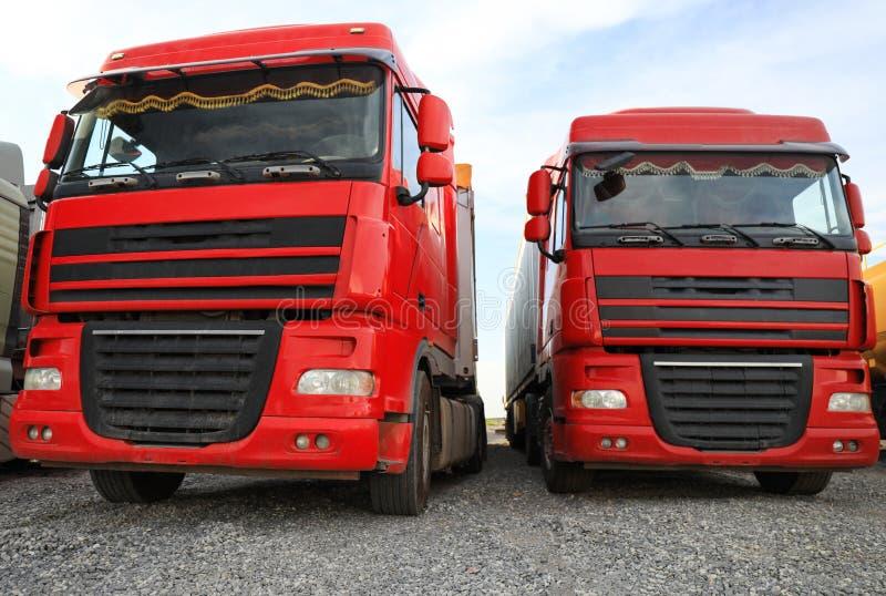 不同的明亮的卡车停放了 现代运输 免版税图库摄影