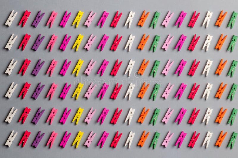 不同的晒衣夹的构成学会的颜色与孩子 图库摄影