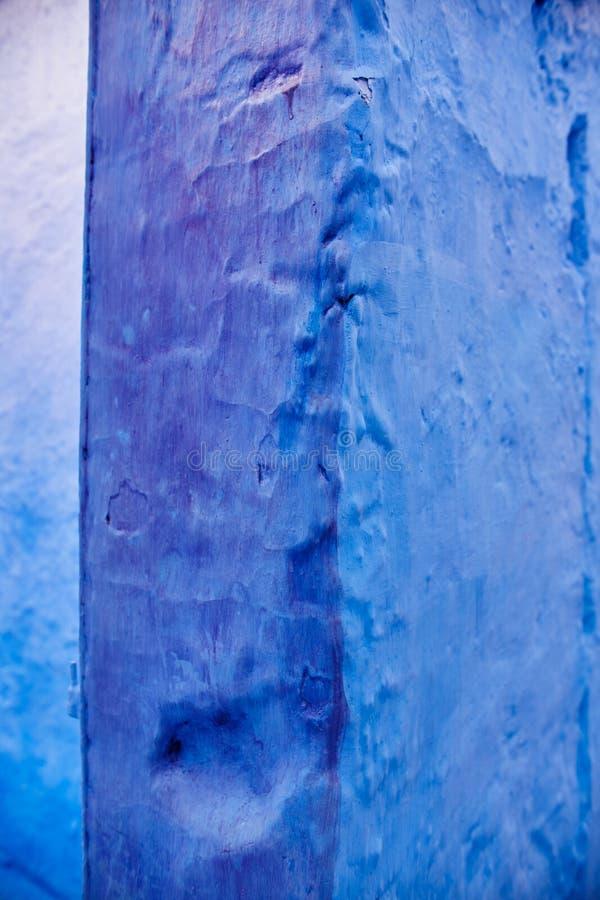 不同的树荫蓝色墙壁,墙壁的纹理在Morocc 免版税库存图片