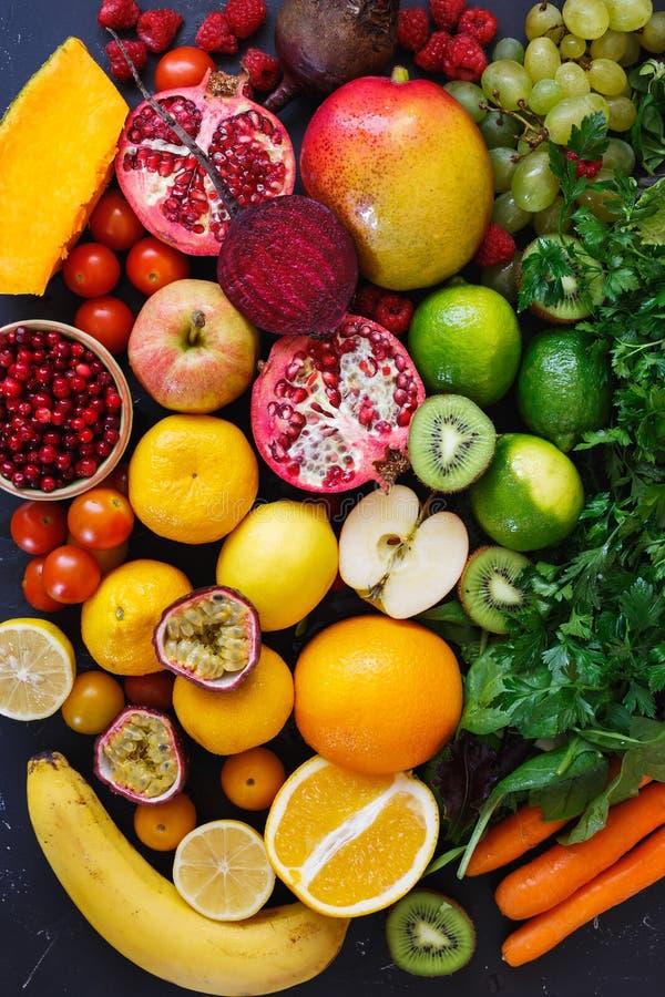 不同的水果和蔬菜的分类在彩虹颜色 免版税库存照片