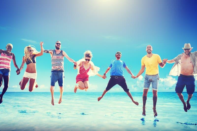 不同的海滩夏天朋友乐趣跳投概念 免版税库存照片
